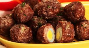 Bolinho de carne com ovo de codorna