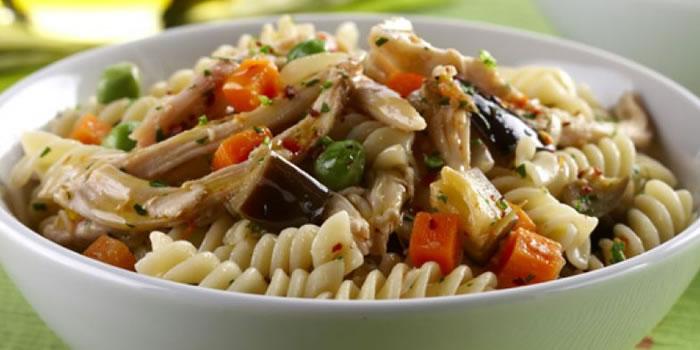 Salada da macarrão e berinjela