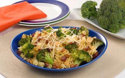 Macarrão com bacon e brócolis