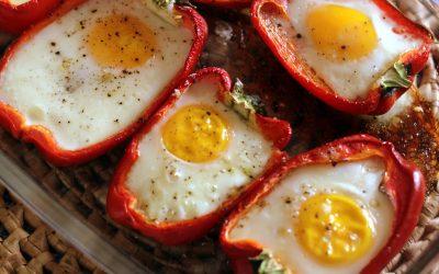 Pimentão recheado com ovos e queijo