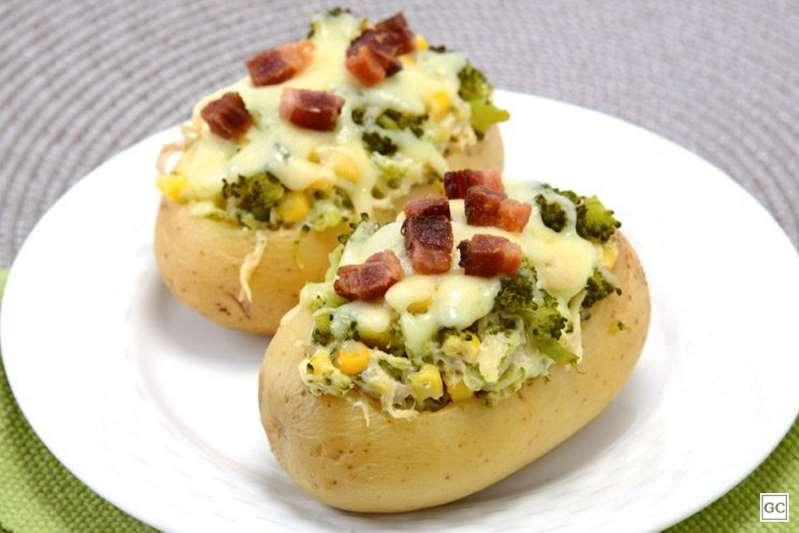 Batata recheada com frango, brócolis, queijo e bacon