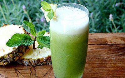 Suco de abacaxi com couve e hortelã