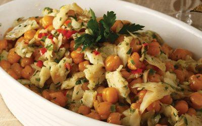 Salada de grão-de-bico com bacalhau