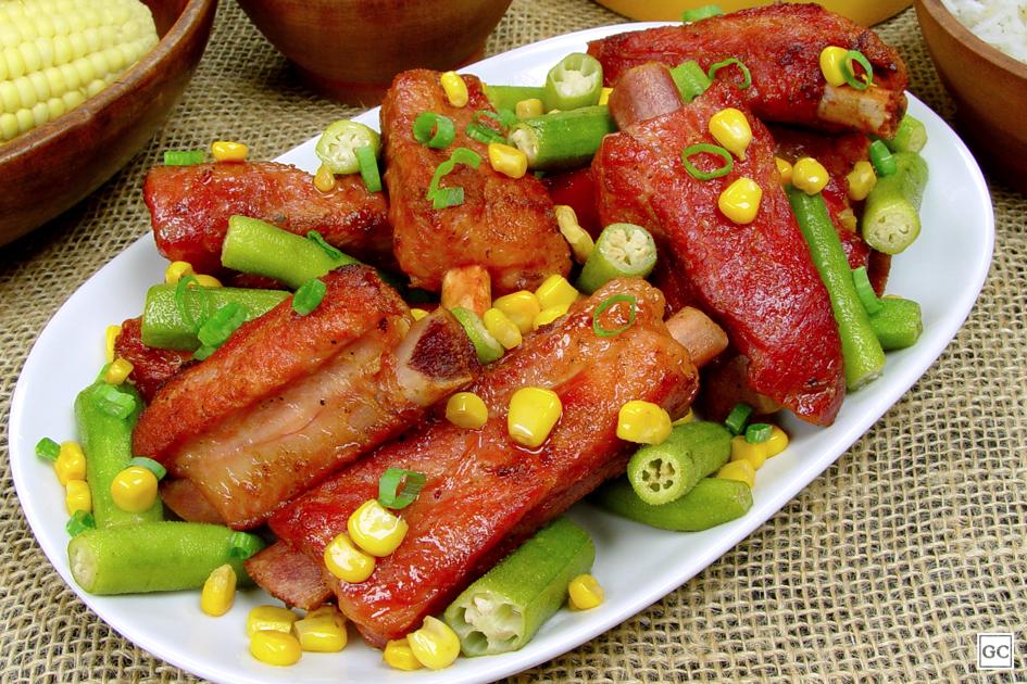Costelinha de porco com quiabo e milho
