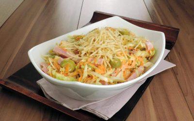 Salada de repolho com maionese e batata palha