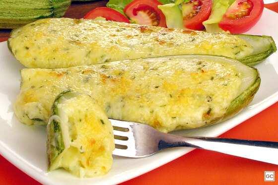 Abobrinha recheada aos 3 queijos