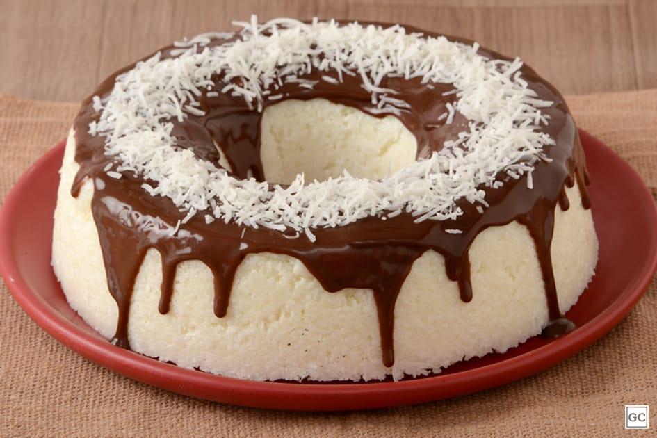 Bolo cremoso de tapioca com calda de chocolate