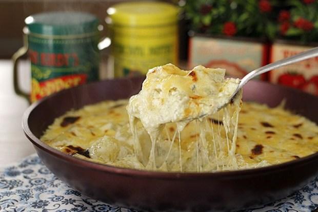 Batata gratinada aos três queijos