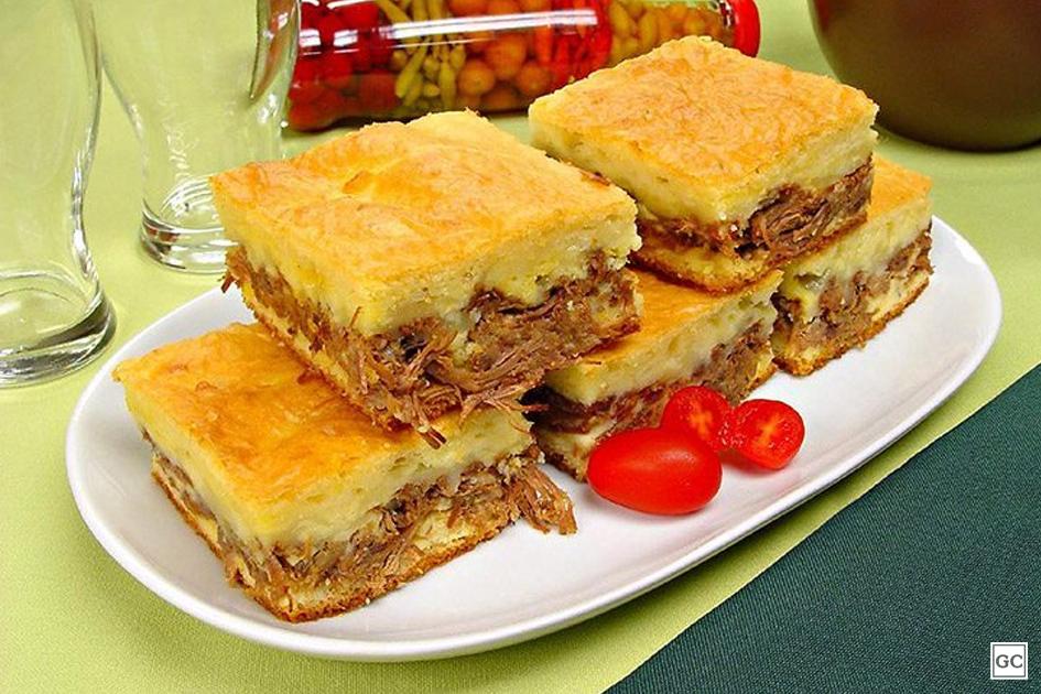Torta de mandioca com carne e queijo