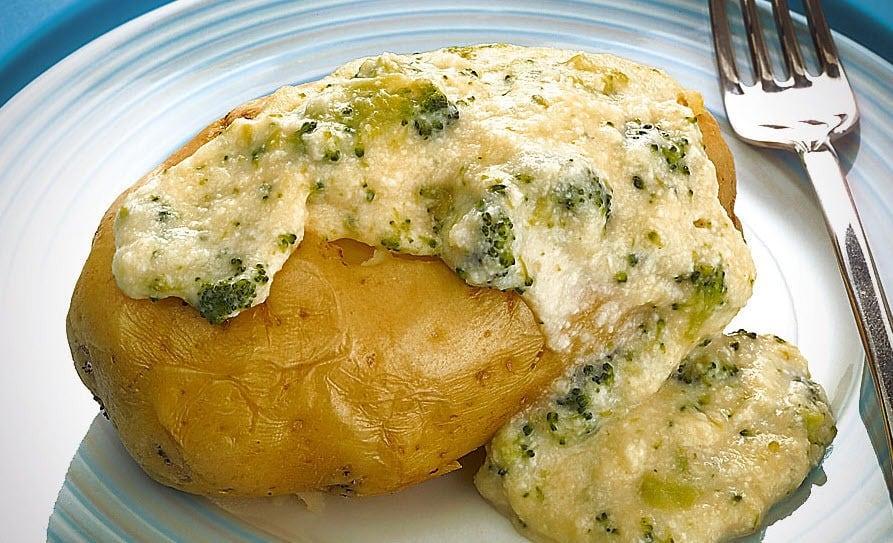 Batata assada com brócolis