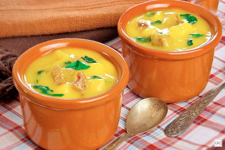 Sopa de mandioquinha com carne e agrião