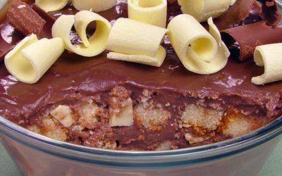 Pavê-bolo com raspas de chocolate